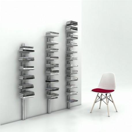 Libreria da parete con montante in alluminio e ripiani in lamiera d'acciaio verniciati Ambrogio